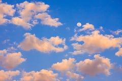 Blauwe hemel met wolken en maan Stock Afbeelding