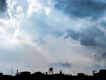 Blauwe hemel met wolken en stad royalty-vrije stock foto's