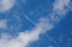 Blauwe hemel met wolken en vliegtuig Stock Afbeelding