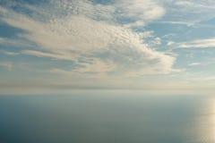 Blauwe hemel met wolken en vliegtuigslepen over de Zwarte Zee De samenstelling van de aard Stock Afbeelding