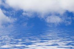 Blauwe Hemel met Wolken en Water Stock Foto's
