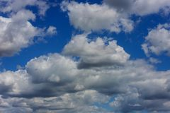 Blauwe hemel met wolken en zon Stock Afbeelding