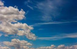 Blauwe hemel met wolken en zon Royalty-vrije Stock Afbeeldingen