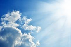 Blauwe hemel met wolken en zon Stock Foto