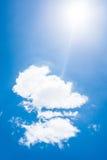 Blauwe hemel met wolken en zon Stock Fotografie