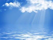 Blauwe hemel met wolken en zon Stock Afbeeldingen