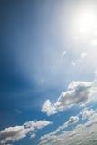 Blauwe hemel met wolken en zon Royalty-vrije Stock Foto