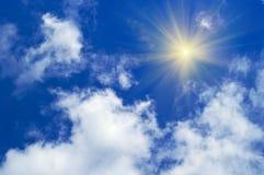 Blauwe hemel met wolken en zon Stock Foto's