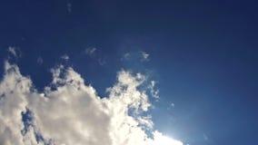 Blauwe hemel met wolken en zon De zomerhemel met heldere zon en lensflares 4K HD-Video stock video
