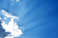 Blauwe hemel met wolken en zonlicht Stock Fotografie