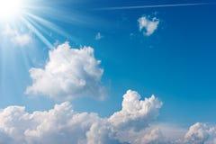 Blauwe hemel met wolken en zonstralen Royalty-vrije Stock Afbeeldingen
