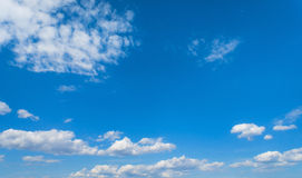 Blauwe hemel met wolken, hemelachtergrond Stock Fotografie
