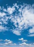Blauwe hemel met wolken, hemelachtergrond Stock Foto's