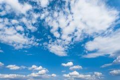 Blauwe hemel met wolken, hemelachtergrond Royalty-vrije Stock Foto