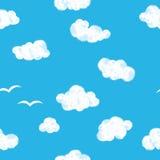 Blauwe hemel met wolken naadloos patroon Stock Afbeeldingen