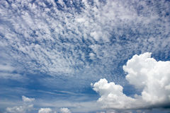 blauwe hemel met wolken, uitstekend concept, zachte nadruk Royalty-vrije Stock Foto