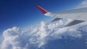 Blauwe Hemel met Wolken Vliegtuig in hemel Stock Foto's