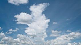 Blauwe hemel met wolken voor achtergrond stock afbeeldingen