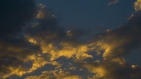 Blauwe hemel met wolken in zonsondergang stock footage