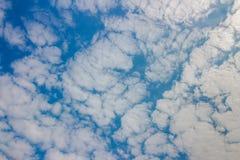 Blauwe hemel met wolkenachtergrond Royalty-vrije Stock Afbeelding
