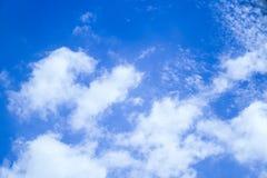 Blauwe hemel met wolkenachtergrond Stock Fotografie