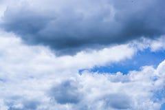 Blauwe hemel met wolkenachtergrond Royalty-vrije Stock Afbeeldingen
