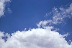 Blauwe hemel met wolkenachtergrond Stock Foto