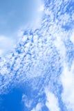Blauwe hemel met wolkenachtergrond Stock Afbeeldingen