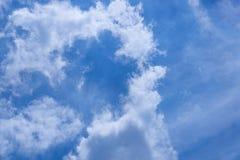 Blauwe hemel met wolkenachtergrond Royalty-vrije Stock Foto's