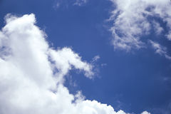 Blauwe hemel met wolkenachtergrond Stock Afbeelding