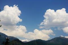 Blauwe hemel met wolkenachtergrond in bergen Himalai, India Royalty-vrije Stock Afbeeldingen