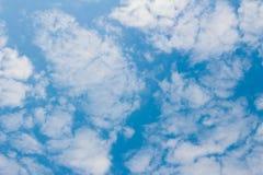 Blauwe hemel met wolkenachtergrond en textuur Royalty-vrije Stock Fotografie