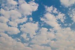 Blauwe hemel met wolkenachtergrond en textuur Royalty-vrije Stock Foto