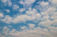 Blauwe hemel met wolkenachtergrond en textuur Royalty-vrije Stock Afbeeldingen