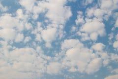 Blauwe hemel met wolkenachtergrond en textuur Stock Foto