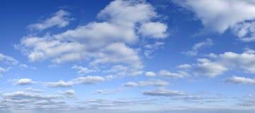 Blauwe hemel met wolkenachtergrond - vroege middag Royalty-vrije Stock Afbeelding