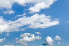 Blauwe hemel met wolkenclose-up Stock Foto
