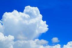 Blauwe hemel met wolkenclose-up Stock Afbeeldingen