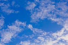 Blauwe hemel met wolkenclose-up stock fotografie