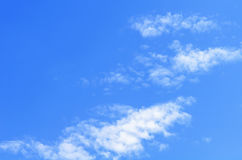 Blauwe hemel met wolkenclose-up Close-up blauwe hemel en pluizige wolken Stock Afbeelding