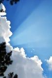 Blauwe hemel met wolkenstralen Stock Foto