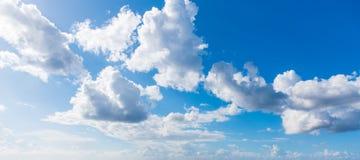 Blauwe hemel met zachte wolken royalty-vrije stock fotografie
