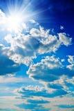 Blauwe hemel met zon dicht stock foto