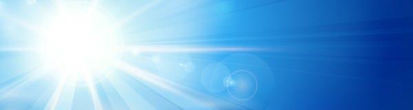 Blauwe hemel met zon en lensgloedpanorama, kopbal, banner Stock Afbeelding