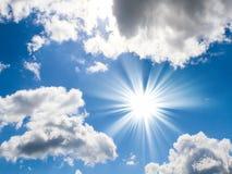 Blauwe hemel met zon en mooie wolken Royalty-vrije Stock Foto's