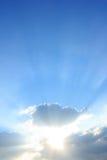 Blauwe hemel met zon en wolken Royalty-vrije Stock Foto
