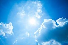 Blauwe hemel met zon en wolken stock afbeeldingen