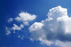 Blauwe hemel met zonlichtwolken Stock Afbeelding