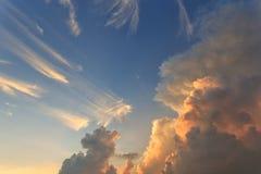 Blauwe hemel met zonsopgang stock afbeelding