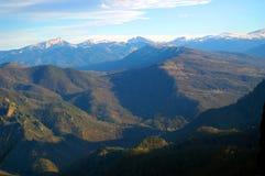 Blauwe hemel, mooie bergen en groen bos stock foto's